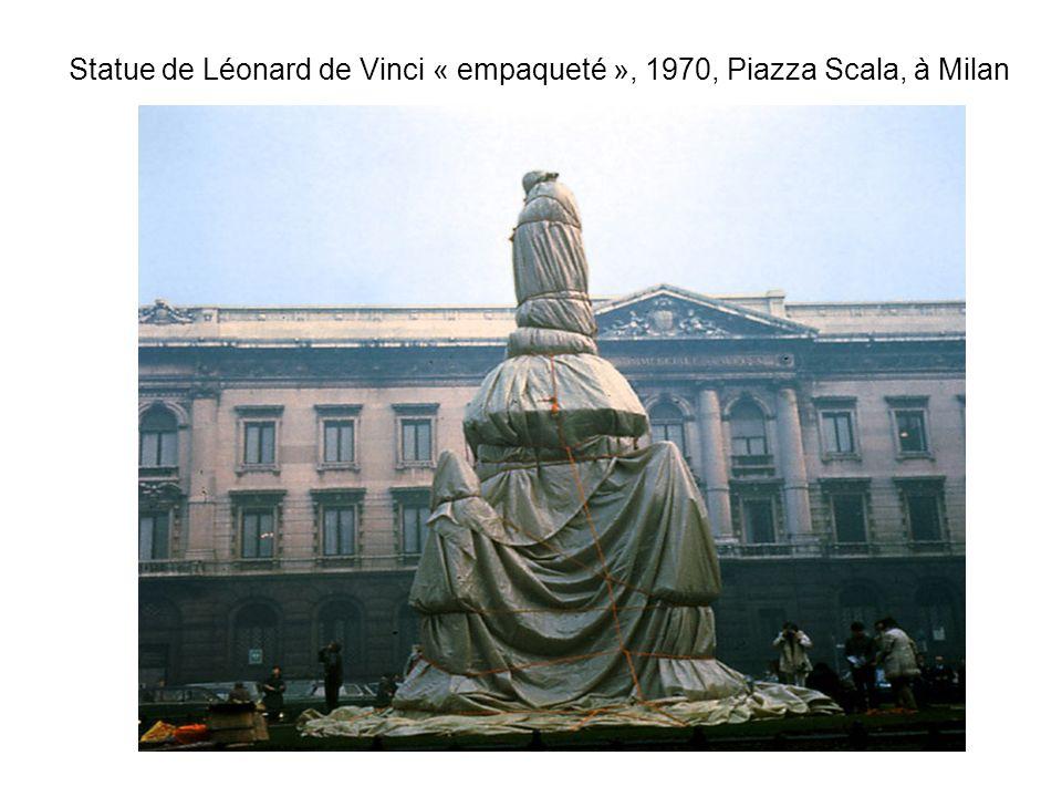 Statue de Léonard de Vinci « empaqueté », 1970, Piazza Scala, à Milan