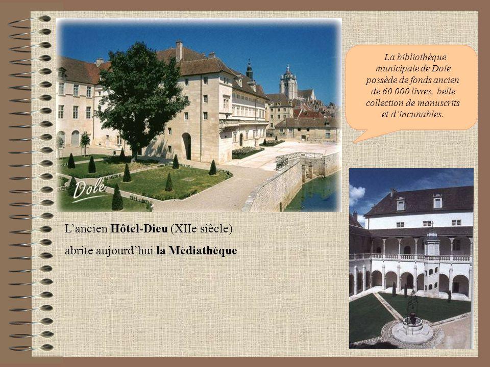 L'ancien Hôtel-Dieu (XIIe siècle) abrite aujourd'hui la Médiathèque
