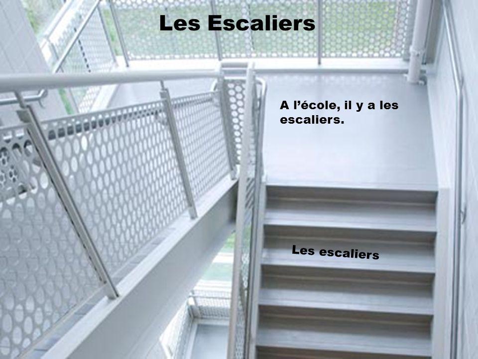 Les Escaliers A l'école, il y a les escaliers. Les escaliers