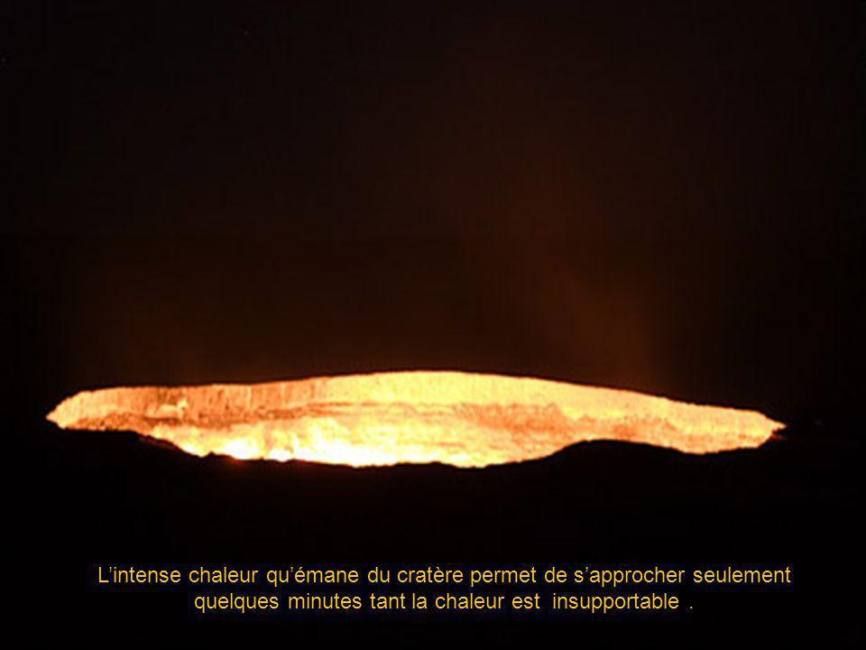 L'intense chaleur qu'émane du cratère permet de s'approcher seulement quelques minutes tant la chaleur est insupportable .