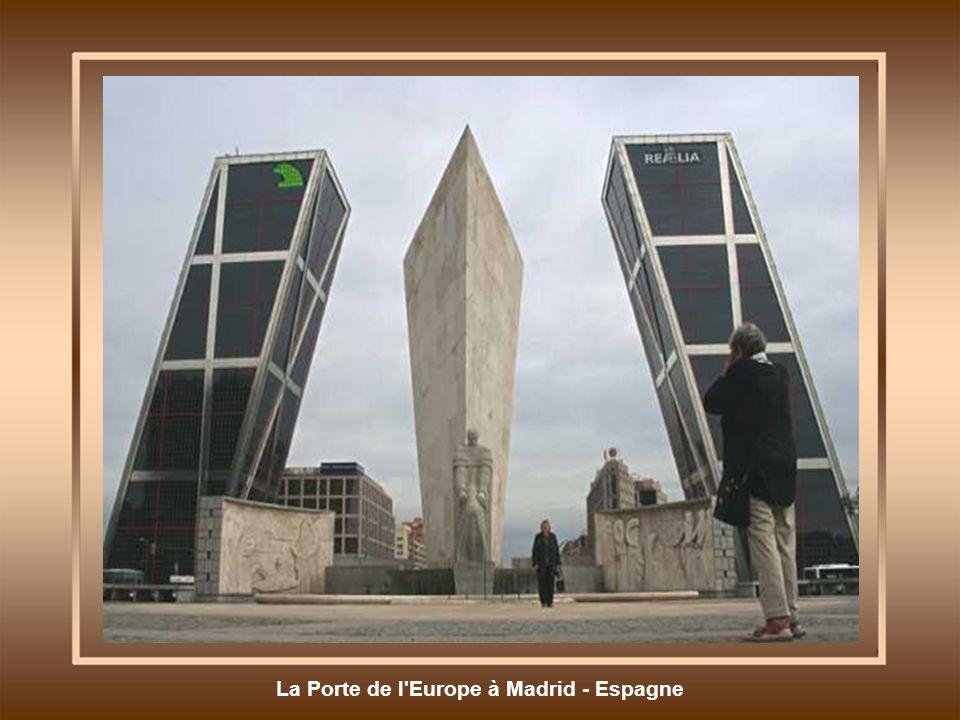 La Porte de l Europe à Madrid - Espagne