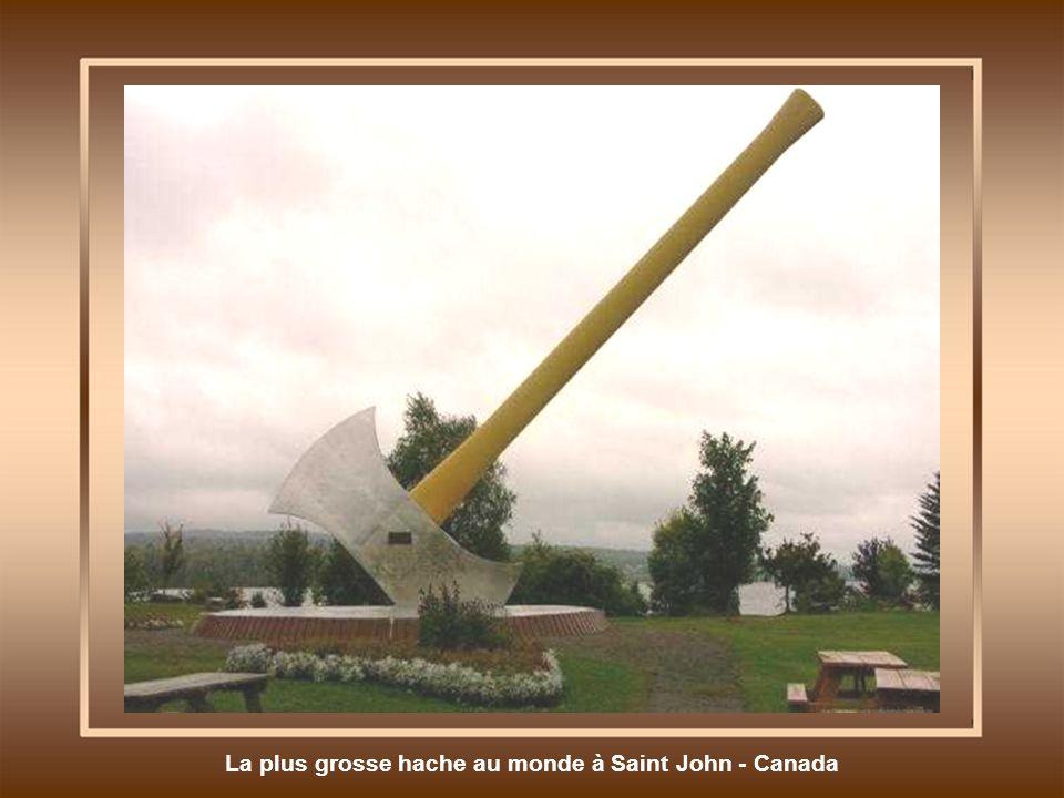 La plus grosse hache au monde à Saint John - Canada