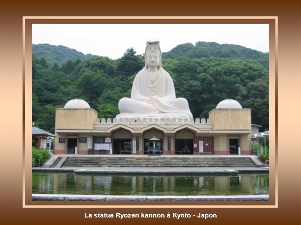 La statue Ryozen kannon à Kyoto - Japon