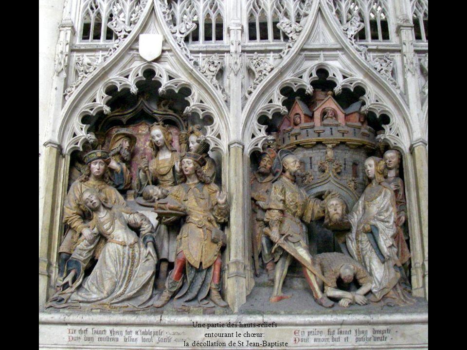 Une partie des hauts-reliefs entourant le chœur: