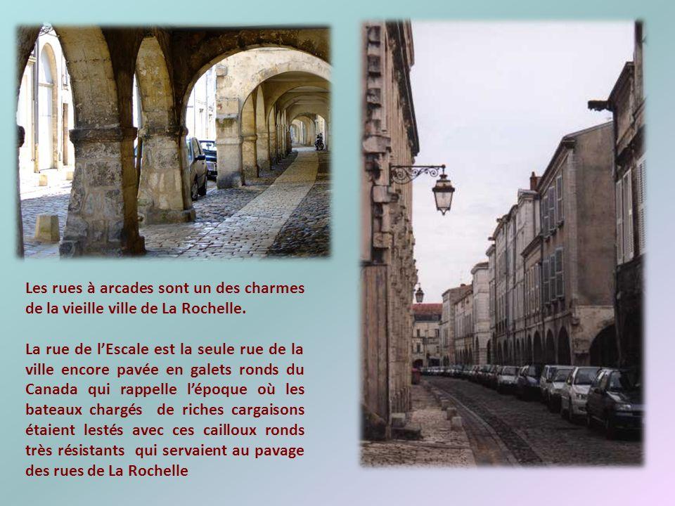 Les rues à arcades sont un des charmes de la vieille ville de La Rochelle.