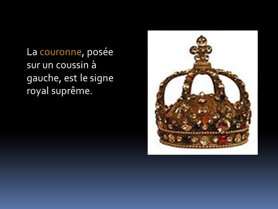 La couronne, posée sur un coussin à gauche, est le signe royal suprême.