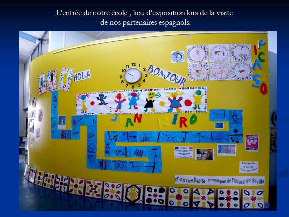 L'entrée de notre école , lieu d'exposition lors de la visite de nos partenaires espagnols.