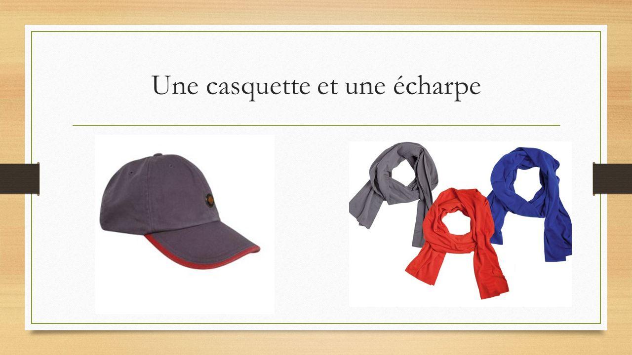 Une casquette et une écharpe
