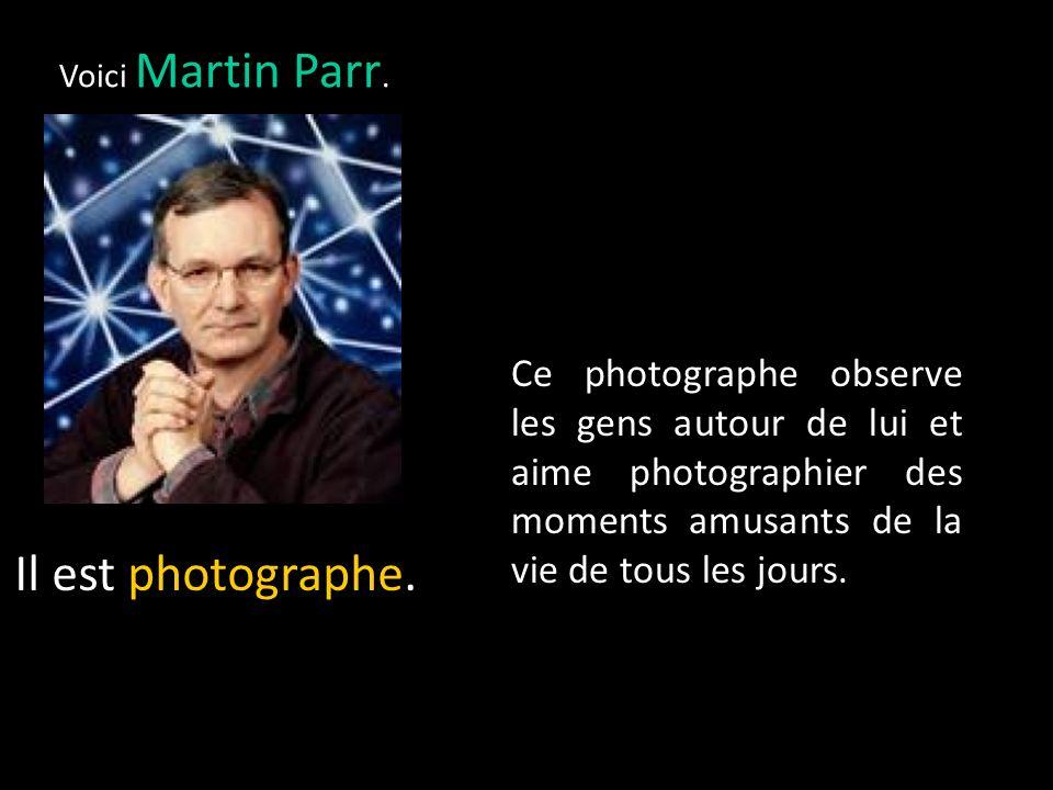 Voici Martin Parr. Ce photographe observe les gens autour de lui et aime photographier des moments amusants de la vie de tous les jours.