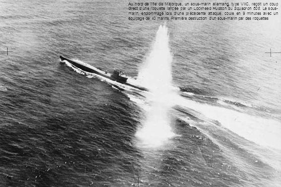 Au nord de l'île de Majorque, un sous-marin allemand, type VIIC, reçoit un coup direct d'une roquette lancée par un Lockheed Hudson du Squadron 608.