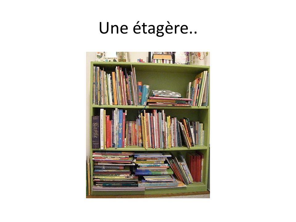 Une étagère..