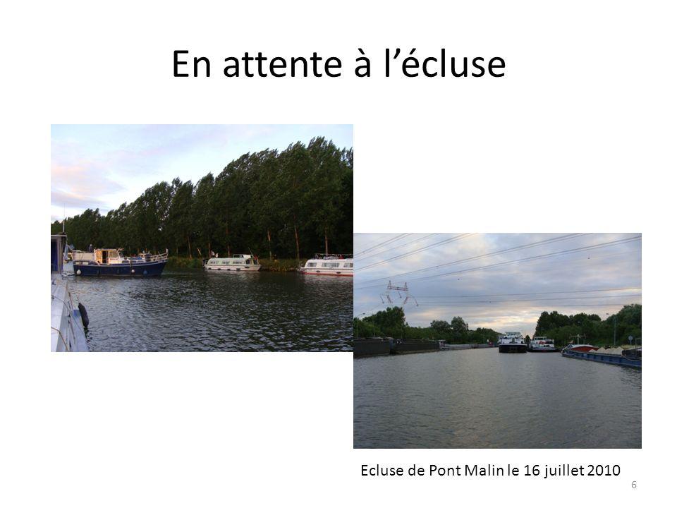 En attente à l'écluse Ecluse de Pont Malin le 16 juillet 2010