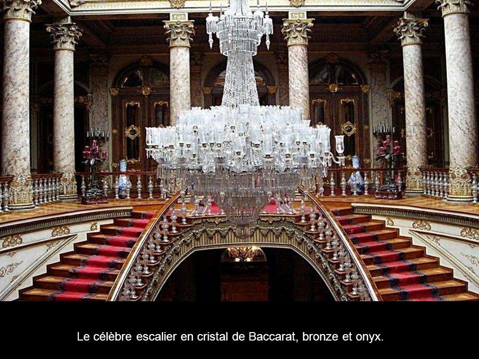 Le célèbre escalier en cristal de Baccarat, bronze et onyx.