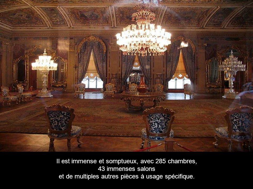 Il est immense et somptueux, avec 285 chambres, 43 immenses salons