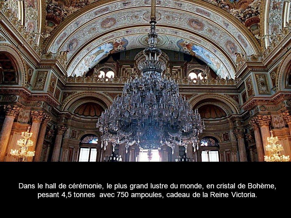 Dans le hall de cérémonie, le plus grand lustre du monde, en cristal de Bohème, pesant 4,5 tonnes avec 750 ampoules, cadeau de la Reine Victoria.