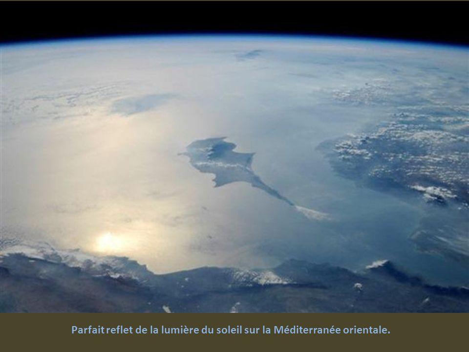 Parfait reflet de la lumière du soleil sur la Méditerranée orientale.
