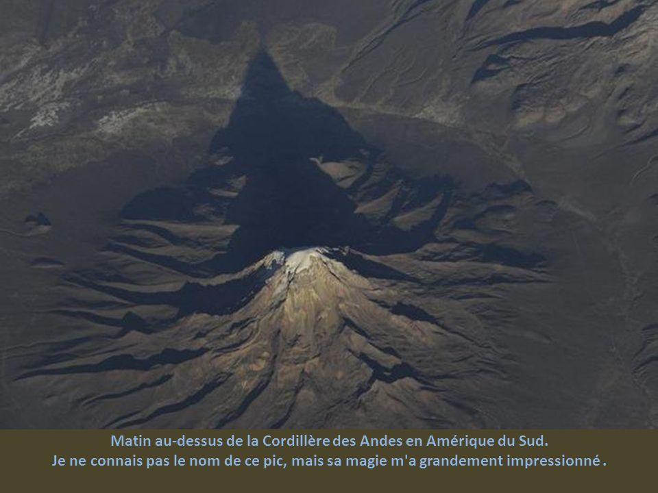 Matin au-dessus de la Cordillère des Andes en Amérique du Sud.