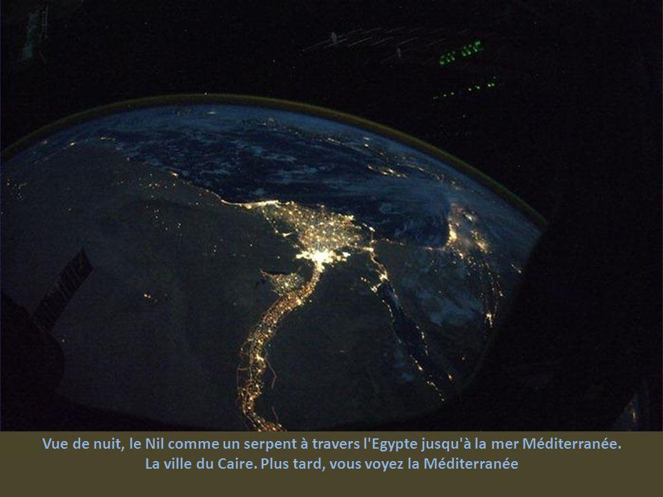 La ville du Caire. Plus tard, vous voyez la Méditerranée