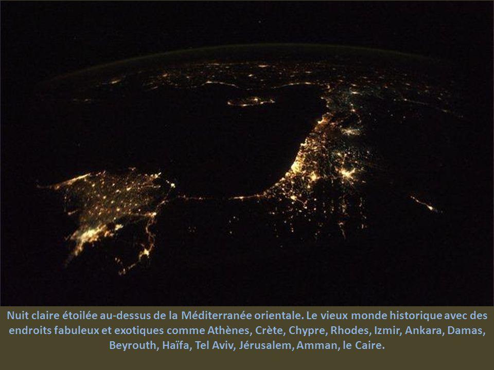 Nuit claire étoilée au-dessus de la Méditerranée orientale