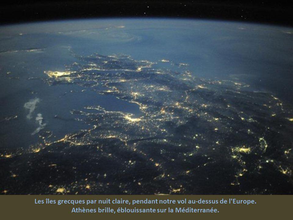 Athènes brille, éblouissante sur la Méditerranée.