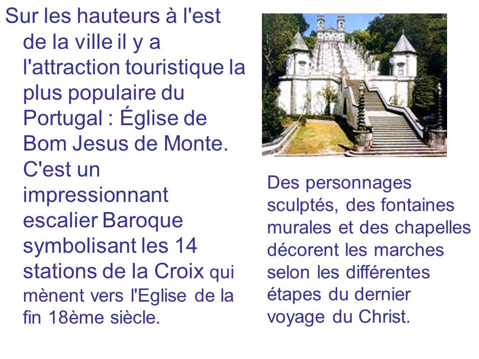 Sur les hauteurs à l est de la ville il y a l attraction touristique la plus populaire du Portugal : Église de Bom Jesus de Monte. C est un impressionnant escalier Baroque symbolisant les 14 stations de la Croix qui mènent vers l Eglise de la fin 18ème siècle.