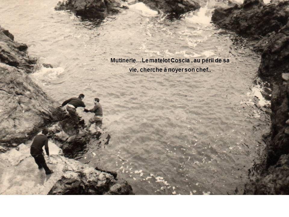 Mutinerie…Le matelot Coscia , au péril de sa vie, cherche à noyer son chef..