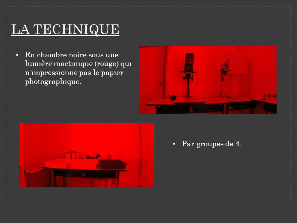 LA TECHNIQUE En chambre noire sous une lumière inactinique (rouge) qui n'impressionne pas le papier photographique.