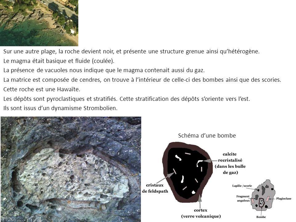 Sur une autre plage, la roche devient noir, et présente une structure grenue ainsi qu'hétérogène.
