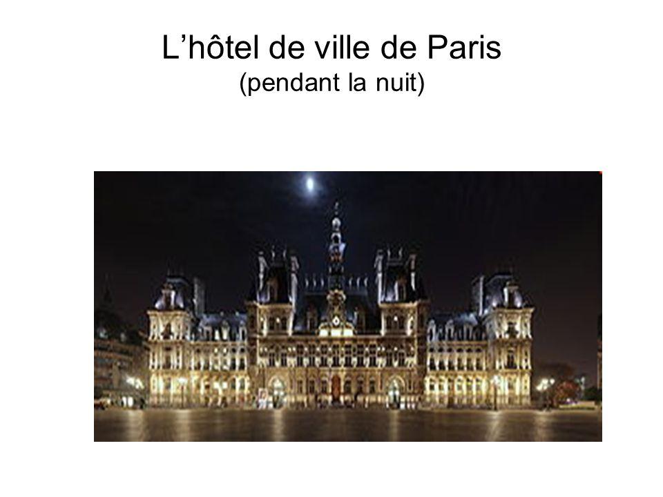 L'hôtel de ville de Paris (pendant la nuit)