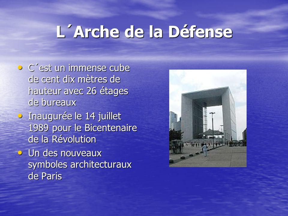 L´Arche de la Défense C´est un immense cube de cent dix mètres de hauteur avec 26 étages de bureaux.