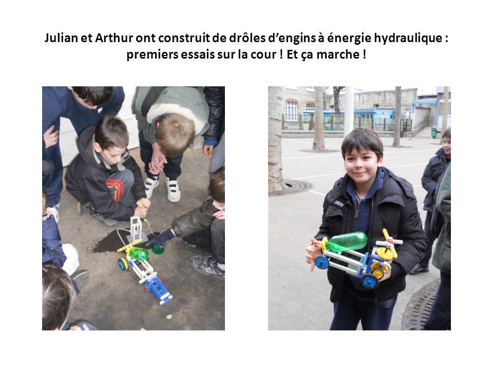 Julian et Arthur ont construit de drôles d'engins à énergie hydraulique : premiers essais sur la cour .