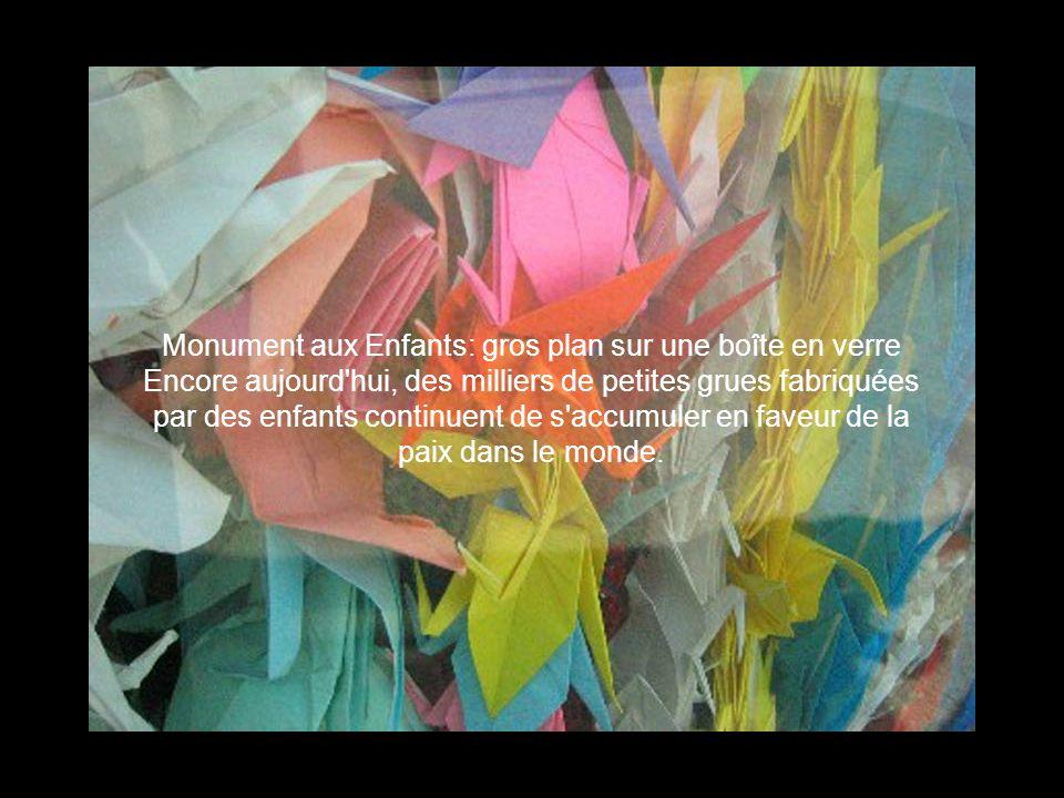 Monument aux Enfants: gros plan sur une boîte en verre Encore aujourd hui, des milliers de petites grues fabriquées par des enfants continuent de s accumuler en faveur de la paix dans le monde.