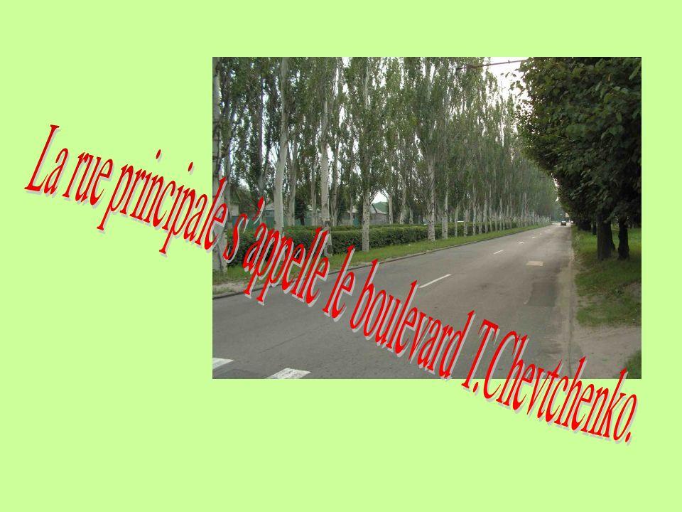 La rue principale s'appelle le boulevard T.Chevtchenko.