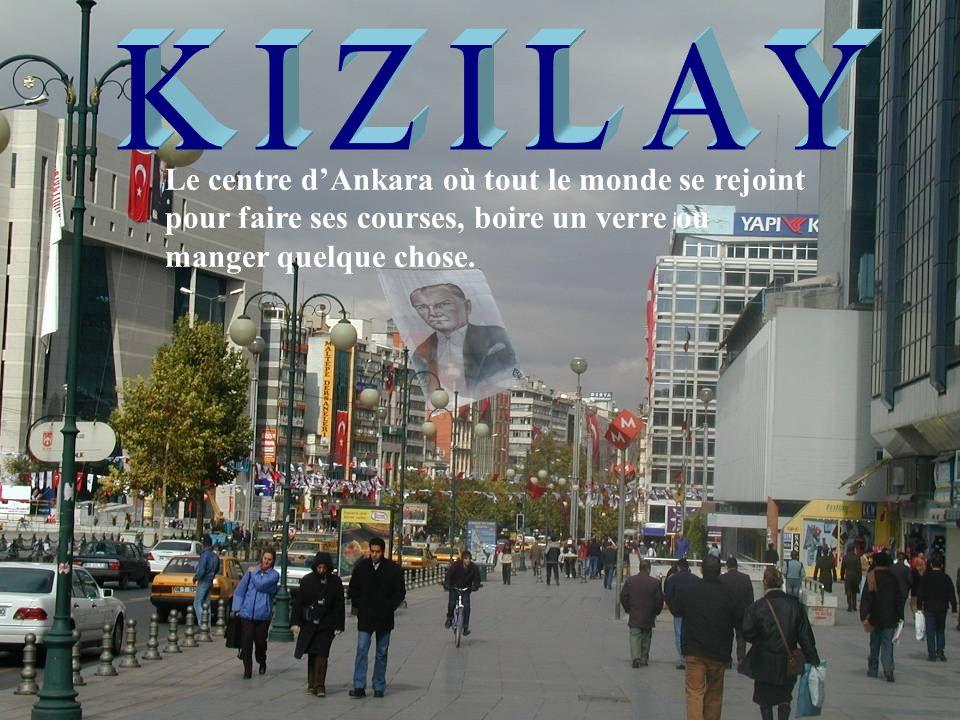 KIZILAY Le centre d'Ankara où tout le monde se rejoint pour faire ses courses, boire un verre ou manger quelque chose.