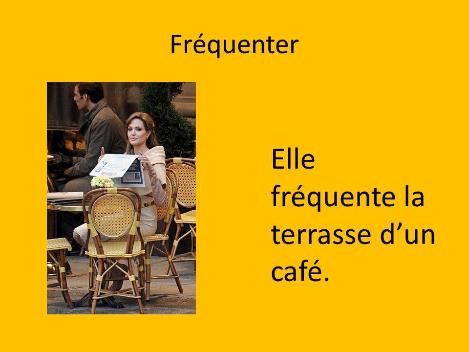 Elle fréquente la terrasse d'un café.