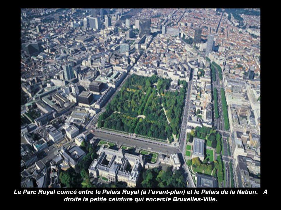 Le Parc Royal coincé entre le Palais Royal (à l'avant-plan) et le Palais de la Nation.