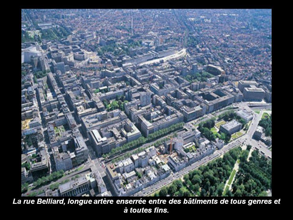 La rue Belliard, longue artère enserrée entre des bâtiments de tous genres et à toutes fins.