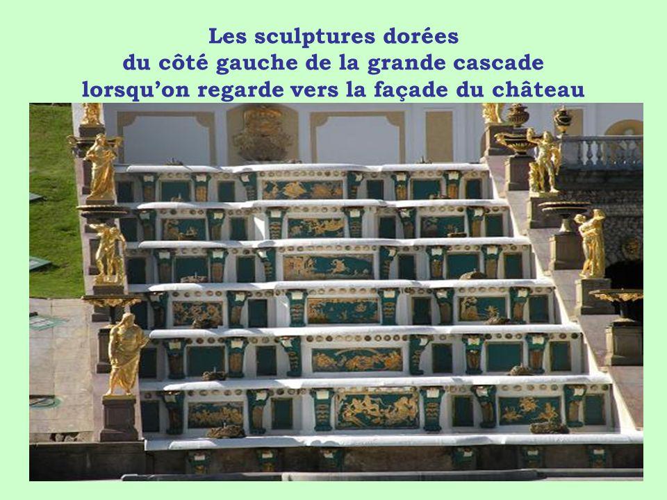 Les sculptures dorées du côté gauche de la grande cascade lorsqu'on regarde vers la façade du château