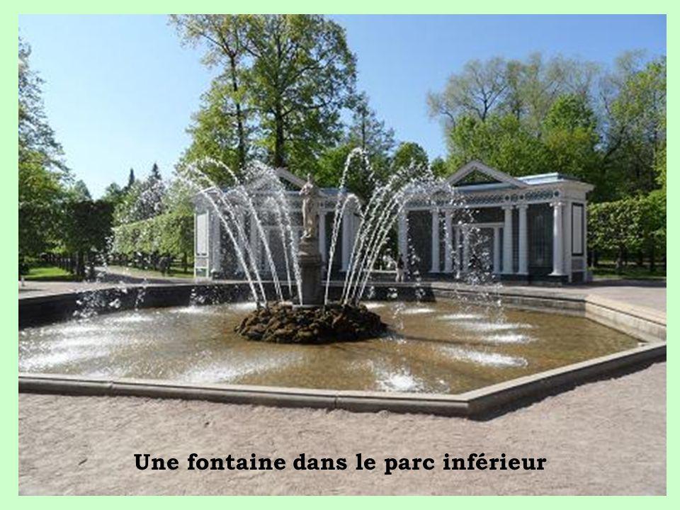 Une fontaine dans le parc inférieur