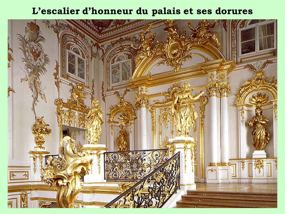 L'escalier d'honneur du palais et ses dorures