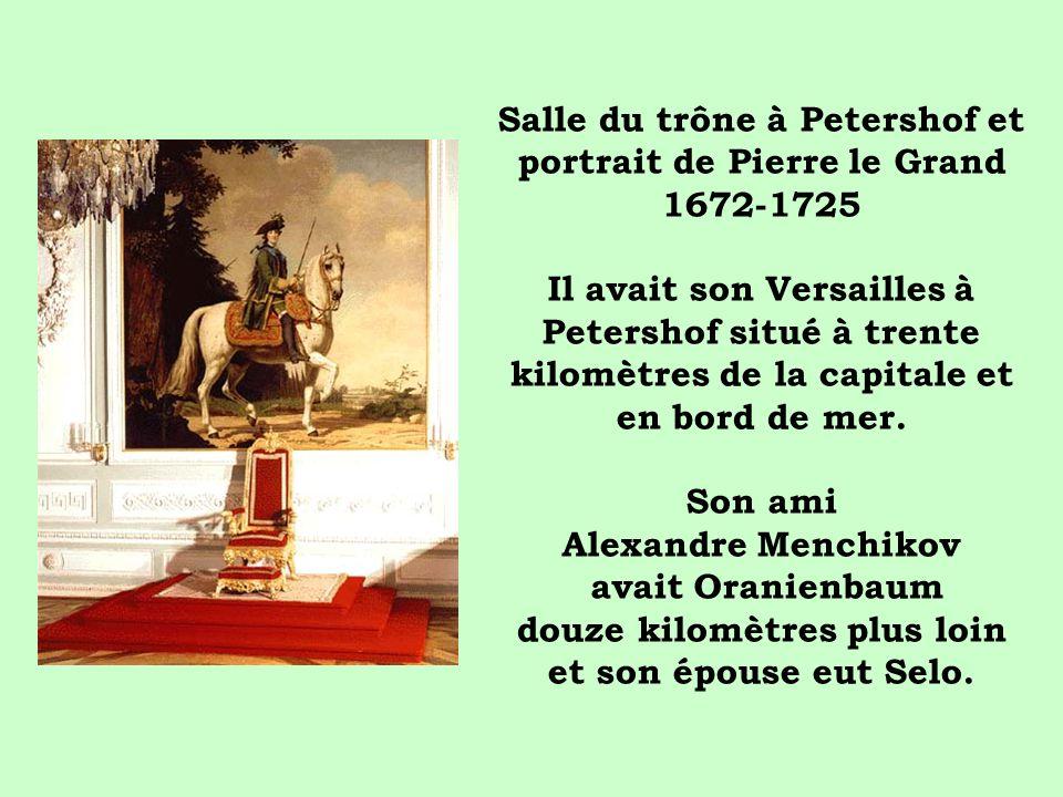 Salle du trône à Petershof et portrait de Pierre le Grand 1672-1725 Il avait son Versailles à Petershof situé à trente kilomètres de la capitale et en bord de mer.