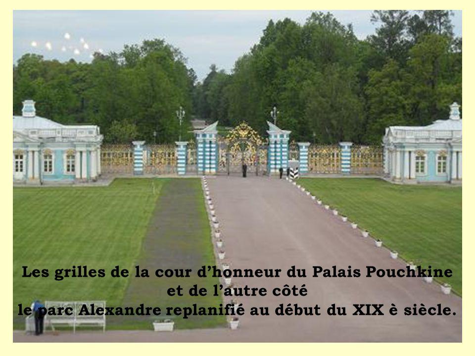 Les grilles de la cour d'honneur du Palais Pouchkine et de l'autre côté le parc Alexandre replanifié au début du XIX è siècle.