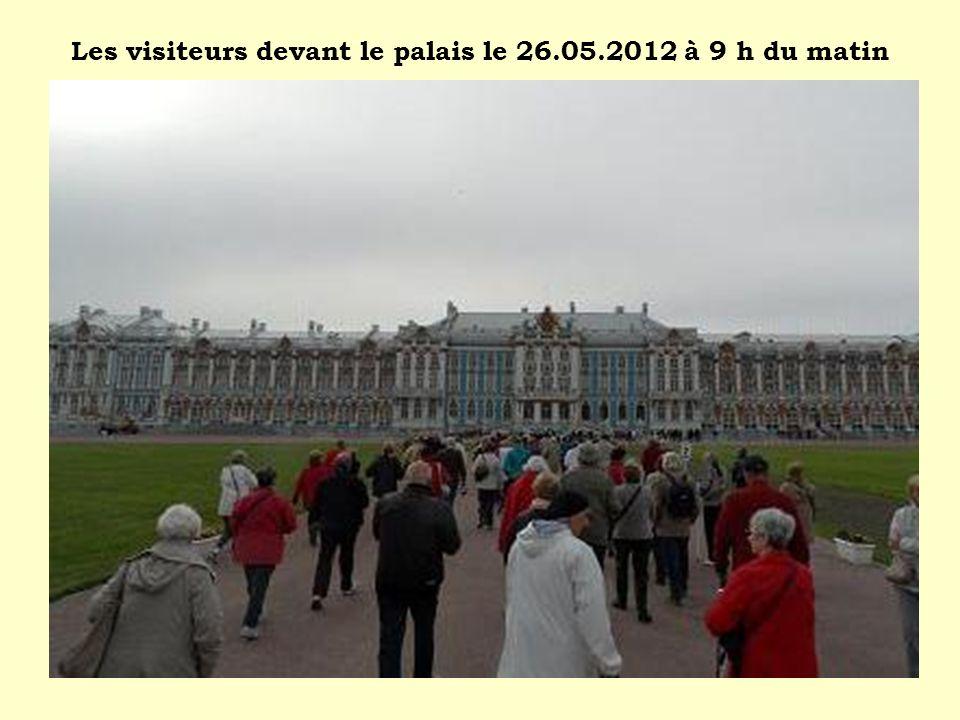 Les visiteurs devant le palais le 26.05.2012 à 9 h du matin