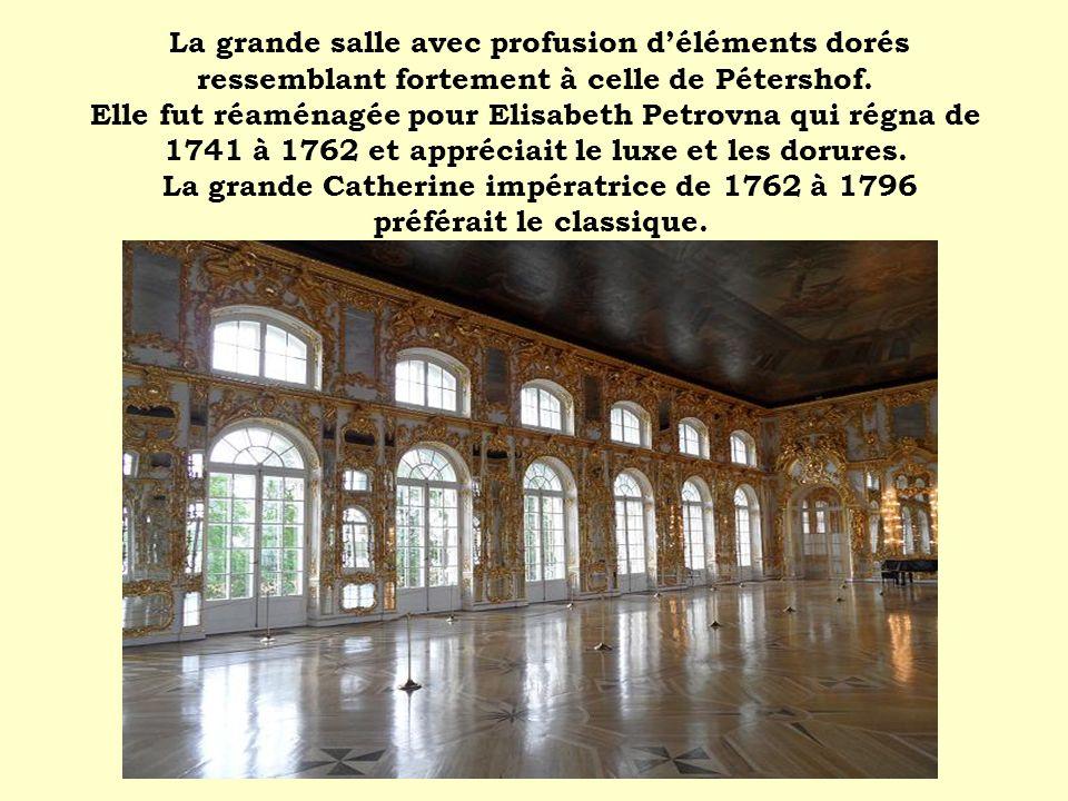 La grande salle avec profusion d'éléments dorés ressemblant fortement à celle de Pétershof.