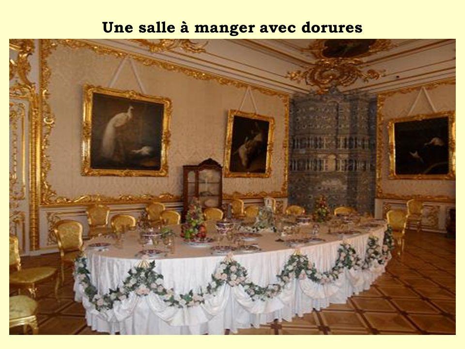 Une salle à manger avec dorures