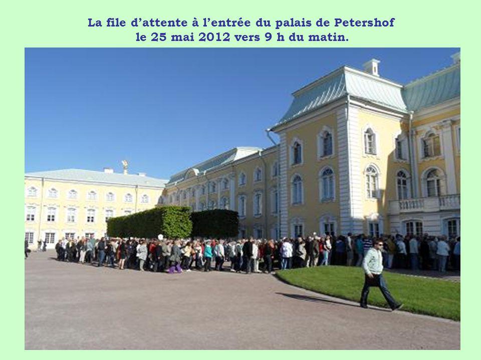 La file d'attente à l'entrée du palais de Petershof le 25 mai 2012 vers 9 h du matin.