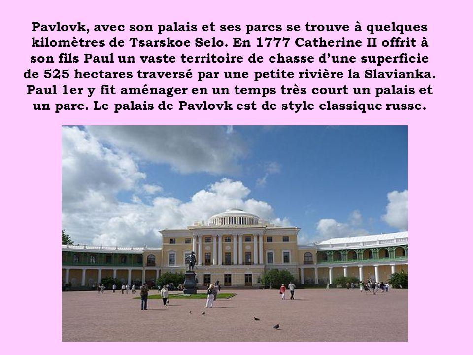 Pavlovk, avec son palais et ses parcs se trouve à quelques kilomètres de Tsarskoe Selo.