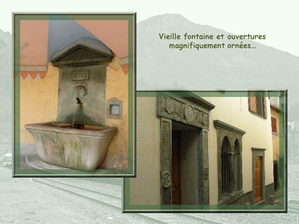 Vieille fontaine et ouvertures magnifiquement ornées…