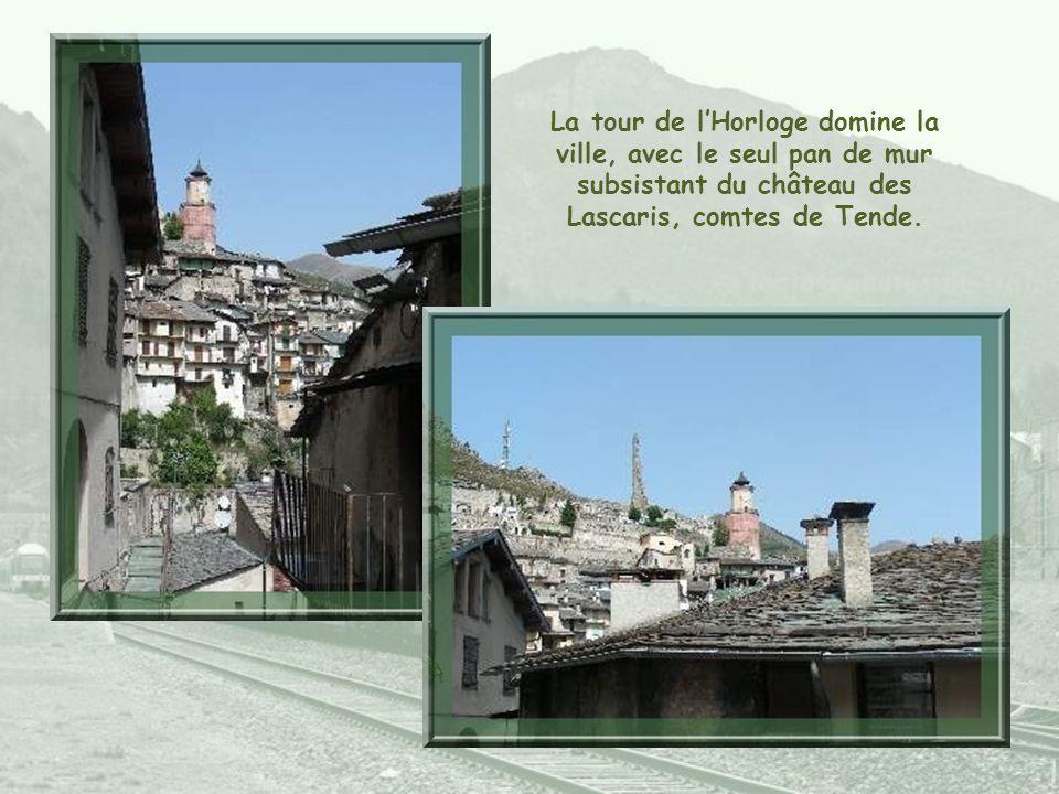 La tour de l'Horloge domine la ville, avec le seul pan de mur subsistant du château des Lascaris, comtes de Tende.