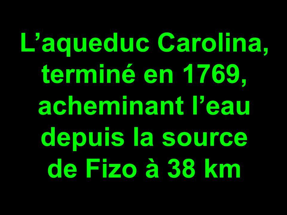 L'aqueduc Carolina, terminé en 1769, acheminant l'eau depuis la source de Fizo à 38 km
